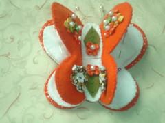 Alfineteiro (Artesanale artes) Tags: borboleta feltro decoração presente tecido pérolas fuxicos alfineteiro pontocaseado portaagulha