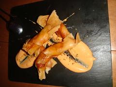 Rollitos crujientes de langostinos con salsa de tomate y vainilla