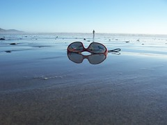 Durch die Sonnenbrille (marion streich) Tags: newzealand reflection beach sunglasses meer walker spiegelung horizont wetbeach neuseeland goodcomposition sandstrand spaziergänger carnetsdevoyage beautifulcapture sointergalactic perspectivacentral hidewaybeach handselectedphotographs everythingscenery beachhideway groupwithexperience nasserstrand