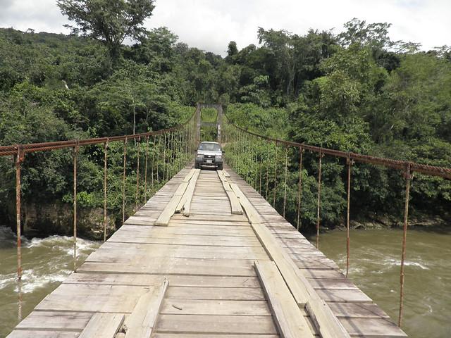 Típico puente colgante del sur de la amazonía ecuatoriana cerca de la comunidad Natentza.