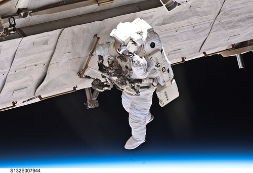 Spacewalking Over Earth (NASA, Space Shuttle, 05/17/10) por NASA's Marshall Space Flight Center, en Flickr