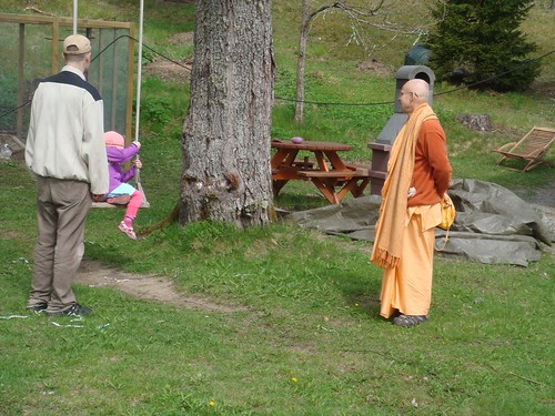 Kadamba Kanana Swami Korsnas Gard and at Ugrasena's 14th May 2010  -0100 por ISKCON desire tree.