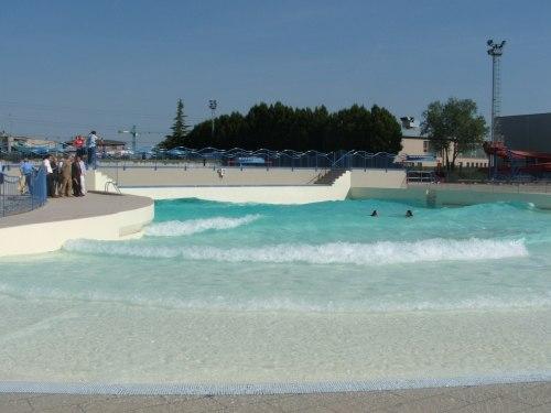 Crema, la piscina con le onde