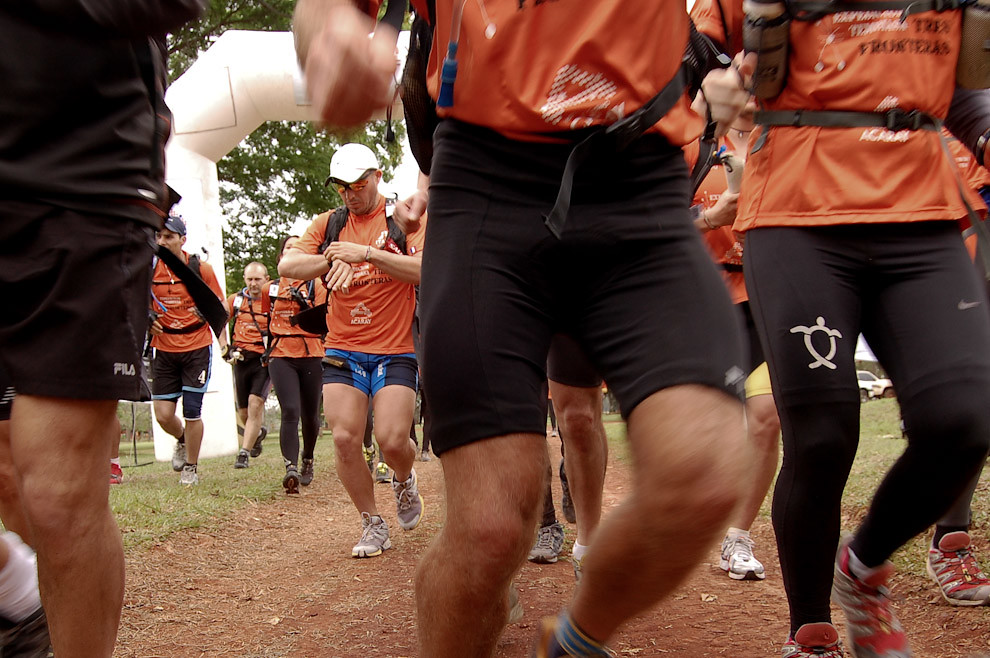Momento de la largada oficial de los equipos participantes de la Expedición Tres Fronteras, la primera etapa es Trekking desde la Reserva Itabó, rumbo a la siguiente etapa de Canotaje. (Elton Núñez - Itabó, Paraguay)