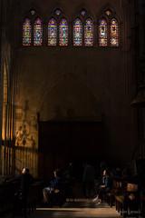 Contemplación (AvideCai) Tags: avidecai tamron2470 catedral león vertical gente