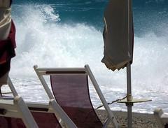 dalla seconda fila (fotomie2009) Tags: spotorno libecciata liguria sea mare storm water beach spiaggia italy italia onde waves ombrelloni 90 sedia sdraio blue copacabana