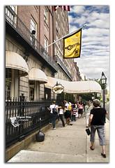 Cheers (Miguel Daz (Mad-King)) Tags: cambridge usa boston bar nikon farola flickr streetlamp objetos lugares cheers farol eeuu localizaciones mywinners