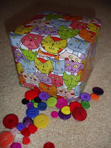new button tin 003