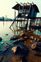 Waterscape Decay (DSC1166) (Fadzly @ Shutterhack) Tags: beach landscape riverside decay tokina1224 hut malaysia stilts terengganu waterscape kualaterengganu tokina1224mmf4 pulauduyung