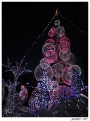 Illuminations de Noël 1 (Greyshift11) Tags: paris france lumix la grande lumière illumination noel panasonic lumiere g1 mm noël nuit marché defense 45mm marche boules décoration dmc sapin eclairage ours défense pingouin arche 1445 éclairage polaire 200mm 14mm dmcg1