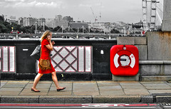 Englishwomen_195 (The-Wizard-of-Oz) Tags: portrait england urban london girl walking phone dailylife englishwoman