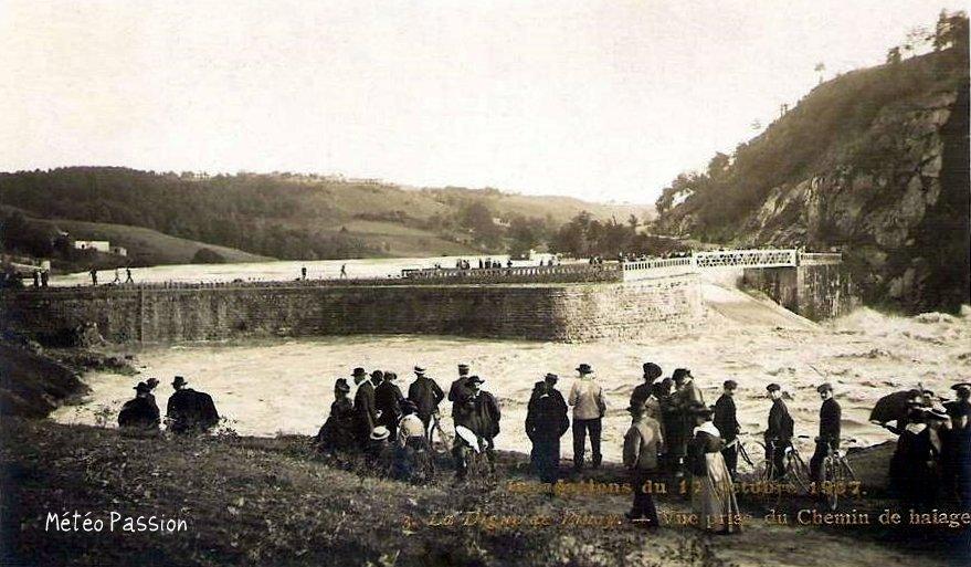 crue de la Loire en aval de la digue du Pinay le 17 octobre 1907