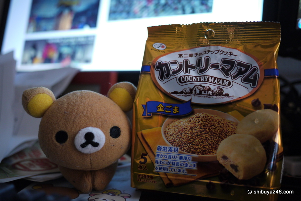 Rilakkuma is looking a bit grubby here. Wonder if he would like to take a bath. These sesame seed chocolate cookies appeared to be a health alternative for both of us.