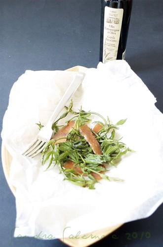 Insalatina di bruscandoli, salame di salmone e olio e.v.di oliva Il Brolo