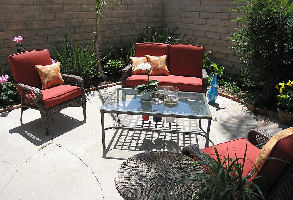 backyard living space+patio furniture+coffee table