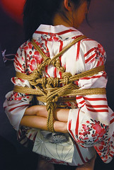 小林的繩縛技法師承明智神風,背後的菱形標誌就是神風的簽名。(攝/陳韋臻)