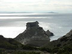 L'île Saint-Antoine et sa statue au débouché du raccourci vers le phare de Pertusatu