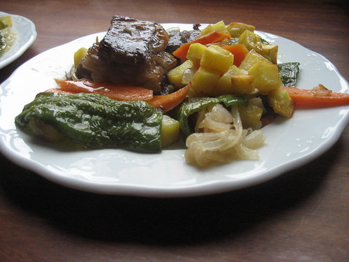 Falda de ternera asada con verduras