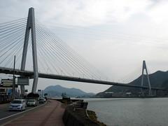 2531 Ikuchi Bridge (mari-ten) Tags: bridge sea mountain nature japan cycling automobile hiroshima walkway shore  2008 onomichi roadway setoinlandsea eastasia  shimanami    18   200804  20080402 ikuchibridge seishun18travel innoisland