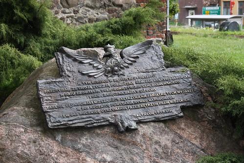 Tablica na pamiątkę pobytu gen. Dąbrowskiego przed zamkiem w Kętrzynie