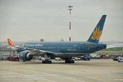 Vietnam Airlines (pontfire) Tags: voyage trip travel blue paris france plane airplane french gold airport continental vietnam 200 airline boeing 777 aeroport charlesdegaulle roissy vietnamairlines