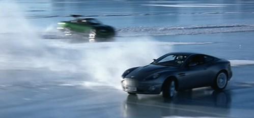 氷上のカーチェイス