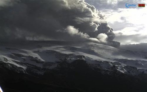 Eyjafjallajökull - Ash plume at 1710 on Sunday 18 April 2010 taken from Valahnúk, South Iceland par lidos_org_uk