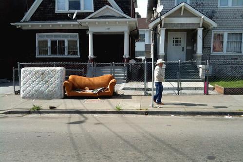 el hombre y el sofa