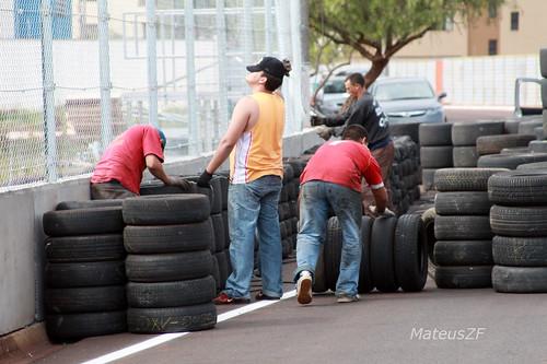MateusZF 02-06-2010 Stock Car Ribeirao Preto montagem da protecao de pneus equipe de apoio trabalhando