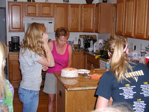 Tara (Paula Dean) cuts her scracth red velvet cake