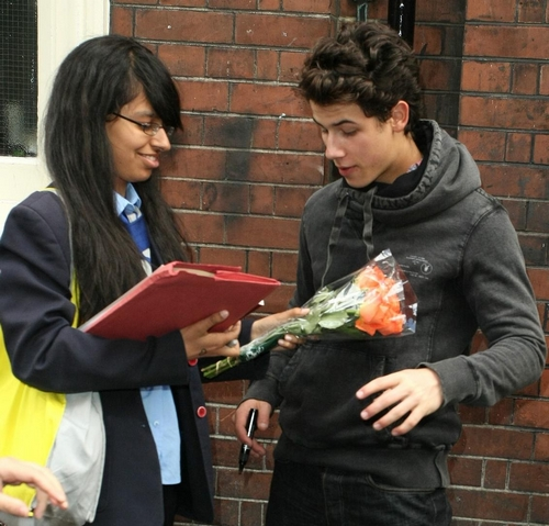 nick-jonas-flowers-fans-03