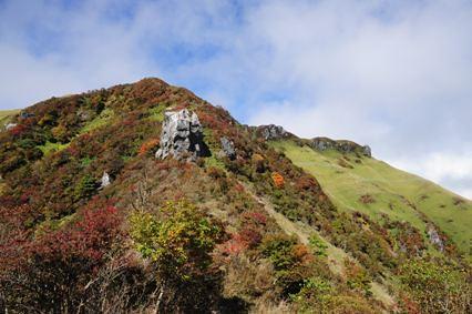 大岩や三嶺山頂部を見上げる