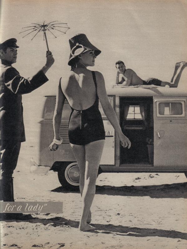 девушка в гороховом купальнике