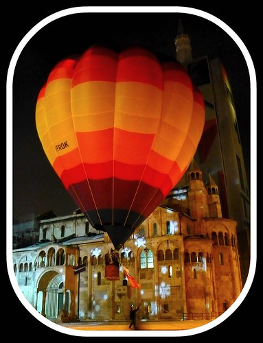italy grande piazza modena colori mongolfiera ghirlandina notturno