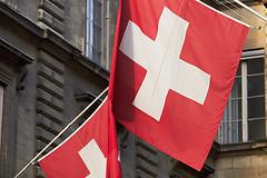 M01095_DrapeauxSuisses_Geneve (aamengus) Tags: canon schweiz switzerland suisse geneva crop genve fahne 2010 drapeau genf falg ef70200mmf4lisusm ef70200f4lis eos7d
