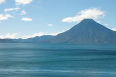 Volcan junto al Lago (Javier Pimentel) Tags: mountain lake familia lago holidays day guatemala lagos atitlan montaa volcanic vacations panajachel volcan lakeatitlan volcanoe centroamerica lagoatitlan volcaniclake aguavolcanica pwpartlycloudy