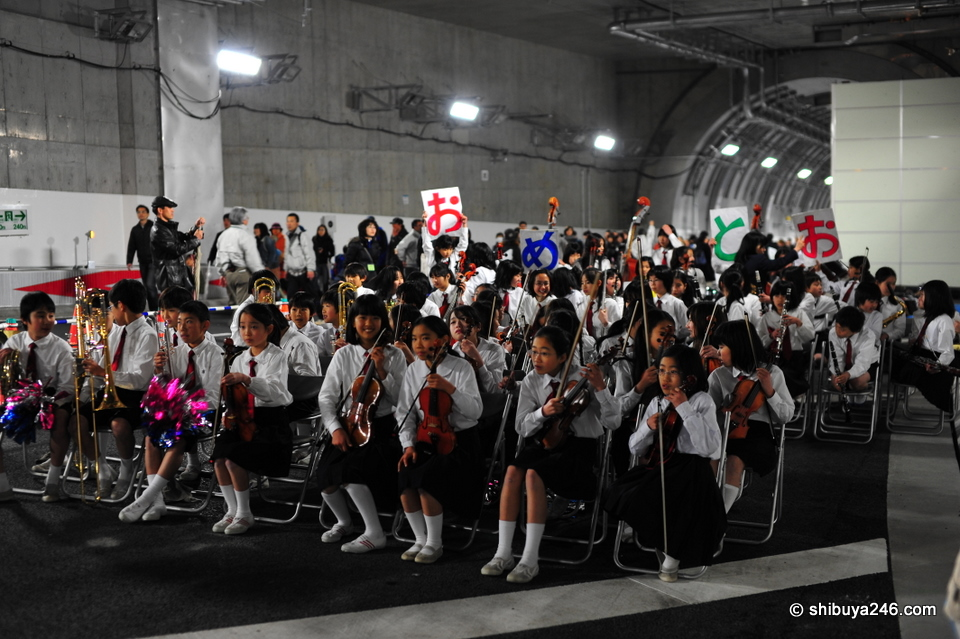 The children's orchestra gets ready to play. The Omedeto sign is missing a character in the middle. Also, I thought it was o-me-de-to-u, not o-me-de-to-o, but then realised that these signs are printed on both sides for people to read walking in both directions.