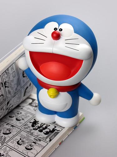 Tại sao mèo máy Doraemon lại có màu xanh?