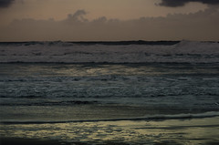 """colores entre las olas"" (Tinta China2007) Tags: atardecer mar agua dannyelfman rosas olas reflejos aliceinwonderland grises inquietante azules dorados misteriosa morados baresvares"