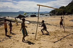 O jogo bonito (rackyross) Tags: africa praia beach sport kids children football fussball bambini playa nios tropical deporte afrika enfants futbol infancia madagascar plage spiaggia chicos calcio tropico malagasy  nosykomba   malgache  infanzia madagasikara   ltytrx5