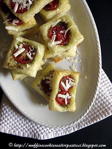 Sfogliatine  con pesto, pomodorini e ricotta salata