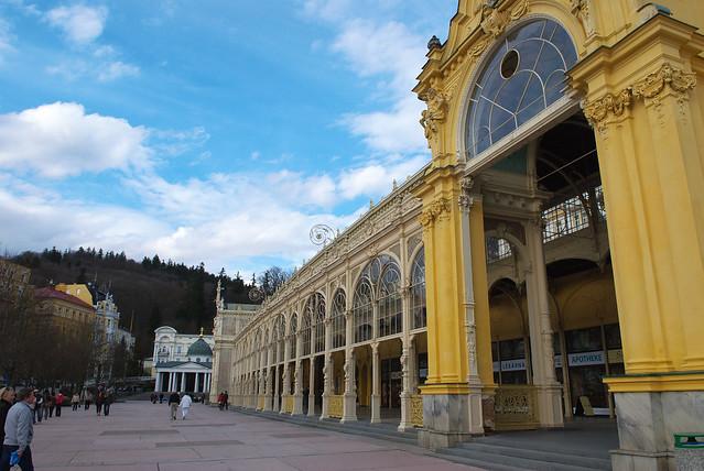 瑪麗安司凱 Marianske Lazne:巴洛克式華麗建築迴廊,黃色真是特別~可惜的是噴泉還尚未開放!