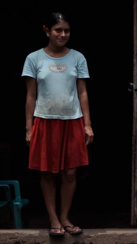 Mujer en la puerta - Young woman in the door; entre Ciudad Barrios y Chapelitque, San Miguel, El Salvador