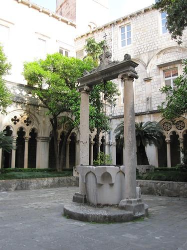 Kaivo dominikaaniluostarin puutarhassa by Anna Amnell