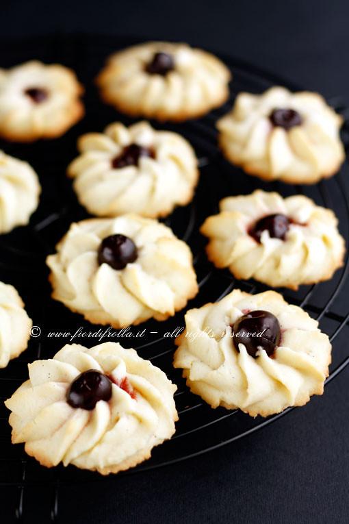 Biscotti di frolla montata alle ciliegie
