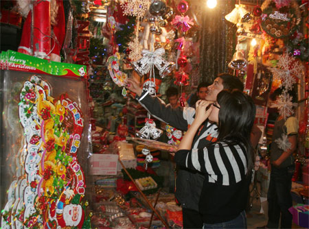 Shopping for Christmas time in Hanoi, Vietnam