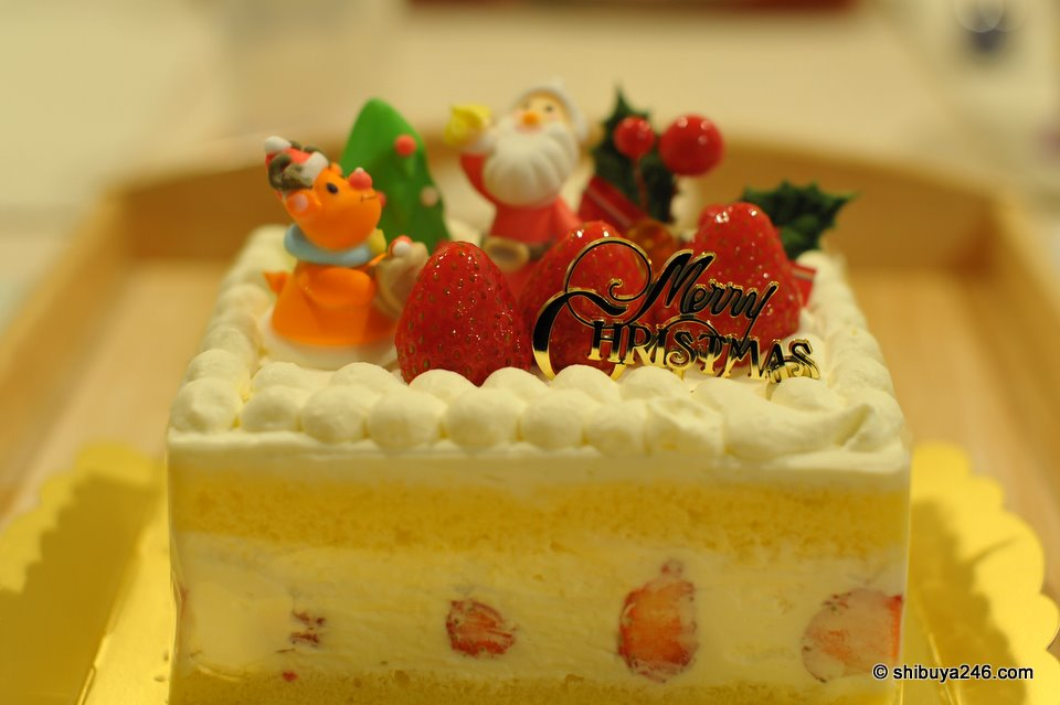 Christmas Cake with plenty of strawberries and a bit too much cream ^^.