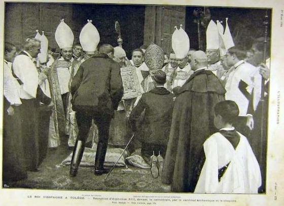 Alfonso XIII se arrodilla ante el Cardenal Primado en su visita a Toledo en 1904. Revista L´Illustration