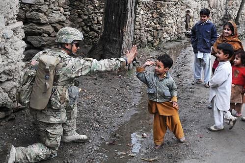 フリー画像| 戦争写真| 兵士/ソルジャー| 子供ポートレイト| ハイタッチ| アフガニスタン風景|      フリー素材|