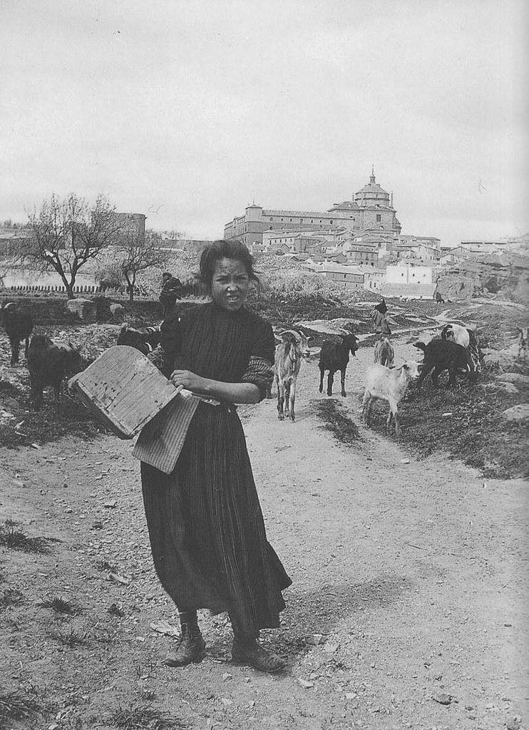 Joven toledana y al fondo la Torre de la Almofala y el Hospital Tavera a principios del siglo XX. Fotografía de Pedro Román Martínez